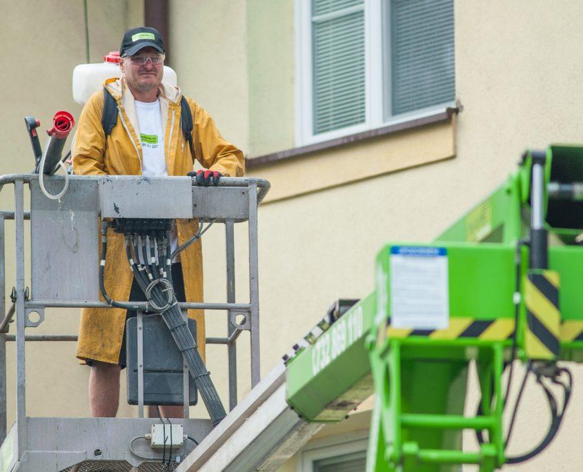 Pracovník v pláštěnce